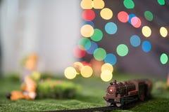 πρότυπο τραίνο στο σιδηρόδρομο με το ζωηρόχρωμο bokeh Ατμομηχανή στη διαδρομή Στοκ Φωτογραφία