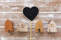 Πρότυπο των σπιτιών με το σημάδι καρδιών Στοκ φωτογραφία με δικαίωμα ελεύθερης χρήσης