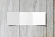 Πρότυπο φυλλάδιων που απομονώνεται Αιωμένος κενό φυλλάδιο εγγράφου trifold στο υπόβαθρο στοκ φωτογραφία με δικαίωμα ελεύθερης χρήσης