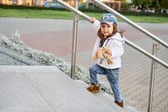 Πρότυπο χιπ-χοπ παιδιών ενδύματα τζιν μόδας οδών παιδιών κοριτσιών στοκ φωτογραφίες