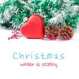Πρότυπο Χριστουγέννων με την κόκκινη καρδιά παιχνιδιών και την πράσινη διακόσμηση Στοκ Εικόνες