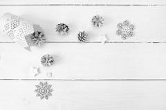 Πρότυπο Χριστουγέννων σε ένα άσπρο ξύλινο υπόβαθρο με snowflakes, ένα ελάφι και έναν κώνο Επίπεδος βάλτε, τοπ άποψη Στοκ εικόνα με δικαίωμα ελεύθερης χρήσης