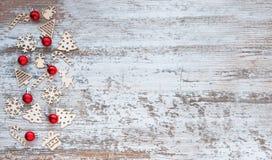 Πρότυπο Χριστουγέννων Υπόβαθρο με τα ξύλινα παιχνίδια και το κόκκινο Χριστουγέννων Στοκ Φωτογραφία