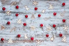 Πρότυπο Χριστουγέννων Υπόβαθρο με τα ξύλινα παιχνίδια και το κόκκινο Χριστουγέννων Στοκ Φωτογραφίες