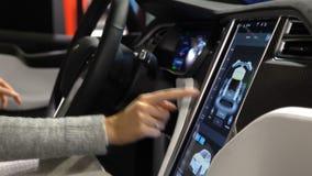 Πρότυπο Χ ηλεκτρικό αυτοκίνητο τέσλα Γυναίκα που δοκιμάζει λειτουργίες τις νέες οχημάτων απόθεμα βίντεο