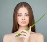 Πρότυπο Aloe εκμετάλλευσης κοριτσιών πράσινο φύλλο Έννοια φροντίδας δέρματος Στοκ φωτογραφία με δικαίωμα ελεύθερης χρήσης