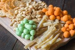 Πρόχειρα φαγητά για την μπύρα στον πίνακα στο μπαρ Φυστίκια, φυστίκια σε ένα κοχύλι, κομμάτια των ψαριών, κροτίδες Κινηματογράφησ Στοκ Εικόνα