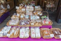 Πρόχειρα φαγητά θαλασσινών και άλλα ιαπωνικά πρόχειρα φαγητά ύφους στα ψάρια Μ Tsukiji Στοκ Φωτογραφία