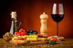 Πρόχειρα φαγητά και κρασί Στοκ φωτογραφία με δικαίωμα ελεύθερης χρήσης