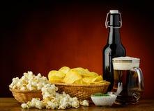 Πρόχειρα φαγητά και μπύρα Στοκ εικόνα με δικαίωμα ελεύθερης χρήσης