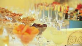 Πρόχειρα φαγητά και ποτά για το κόμμα Δυναμική αλλαγή της εστίασης κλείστε επάνω φιλμ μικρού μήκους