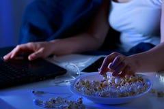 Πρόχειρα φαγητά κοριτσιών και νύχτας Στοκ φωτογραφίες με δικαίωμα ελεύθερης χρήσης