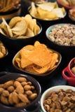 Πρόχειρα φαγητά που εξυπηρετούνται αλμυρά στα κύπελλα Στοκ Φωτογραφία