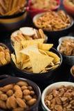 Πρόχειρα φαγητά που εξυπηρετούνται αλμυρά στα κύπελλα Στοκ εικόνα με δικαίωμα ελεύθερης χρήσης