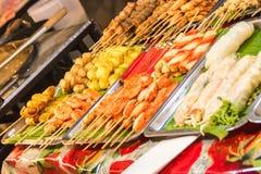 Πρόχειρα φαγητά στην ασιατική αγορά Στοκ Εικόνες