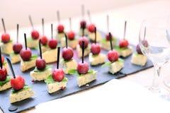 Πρόχειρα φαγητά του μπλε τυριού με τη μέντα και των ελιών στα οβελίδια Στοκ φωτογραφίες με δικαίωμα ελεύθερης χρήσης