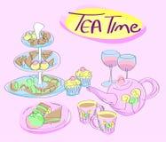 Πρόχειρα φαγητά, φλυτζάνια και κατσαρόλα τσαγιού - τσάι στοκ εικόνες
