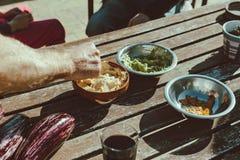 Πρόχειρα φαγητά, nachos και guacamole μια ηλιόλουστη ημέρα στοκ φωτογραφία