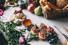 Πρόχειρο φαγητό από τις κροτίδες και τα τεύτλα, σταφύλια, μέλι, τυρί Στοκ Εικόνα