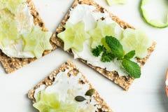 Πρόχειρο φαγητό από τις Wholegrain κροτίδες και το αγγούρι παξιμαδιών σίκαλης Στοκ εικόνα με δικαίωμα ελεύθερης χρήσης