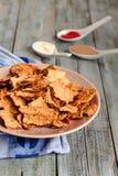 Πρόχειρο φαγητό για ένα κόμμα, υγιή τσιπ με tortilla, nachos με το sa Στοκ Εικόνα
