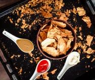 Πρόχειρο φαγητό για ένα κόμμα, υγιή τσιπ με tortilla, nachos με το sa Στοκ Φωτογραφίες