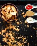 Πρόχειρο φαγητό για ένα κόμμα, υγιή τσιπ με tortilla, nachos με το sa Στοκ Φωτογραφία