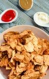 Πρόχειρο φαγητό για ένα κόμμα, υγιή τσιπ με tortilla, nachos με το sa Στοκ φωτογραφία με δικαίωμα ελεύθερης χρήσης