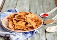 Πρόχειρο φαγητό για ένα κόμμα, υγιή τσιπ με tortilla, nachos με το sa Στοκ εικόνα με δικαίωμα ελεύθερης χρήσης