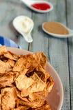 Πρόχειρο φαγητό για ένα κόμμα, υγιή τσιπ με tortilla, nachos με το sa Στοκ Εικόνες