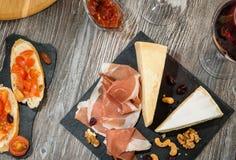 Πρόχειρο φαγητό καθορισμένο: τυρί, prosciutto, καρύδια Στοκ εικόνα με δικαίωμα ελεύθερης χρήσης