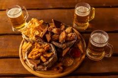 Πρόχειρο φαγητό και μπύρα Στοκ φωτογραφία με δικαίωμα ελεύθερης χρήσης