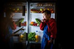 Πρόχειρο φαγητό μεσάνυχτων, που εξετάζει το ψυγείο Στοκ Φωτογραφία