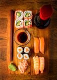 Πρόχειρο φαγητό με τα παραδοσιακά μικτά σούσια Στοκ Φωτογραφίες