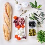 Πρόχειρο φαγητό με τις ελιές και το ψωμί Στοκ φωτογραφία με δικαίωμα ελεύθερης χρήσης