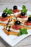 Πρόχειρο φαγητό με το τυρί Brie και το σαλάμι Στοκ Εικόνες
