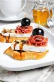 Πρόχειρο φαγητό με το τυρί Brie και το σαλάμι Στοκ φωτογραφία με δικαίωμα ελεύθερης χρήσης