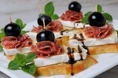 Πρόχειρο φαγητό με το τυρί Brie και το σαλάμι Στοκ Εικόνα