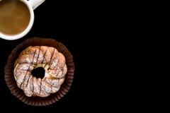 Πρόχειρο φαγητό με το υπόβαθρο καφέ/πρόχειρο φαγητό με τον καφέ/πρόχειρο φαγητό με τον καφέ στο μαύρο υπόβαθρο Στοκ εικόνα με δικαίωμα ελεύθερης χρήσης