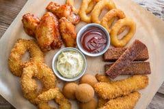 Πρόχειρο φαγητό μπύρας από τα φτερά κοτόπουλου και τα δαχτυλίδια καλαμαριών Στοκ εικόνες με δικαίωμα ελεύθερης χρήσης
