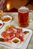Πρόχειρο φαγητό μπύρας στο μπαρ ή το φραγμό Μπύρα, γαρίδες και καρύδια Στοκ εικόνα με δικαίωμα ελεύθερης χρήσης