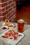 Πρόχειρο φαγητό μπύρας στο μπαρ ή το φραγμό Μπύρα, γαρίδες και καρύδια Στοκ φωτογραφία με δικαίωμα ελεύθερης χρήσης