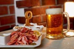 Πρόχειρο φαγητό μπύρας στο μπαρ ή το φραγμό Μπύρα, γαρίδες και καρύδια Στοκ Εικόνες