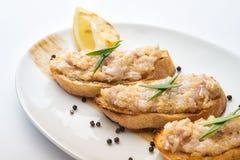 Πρόχειρο φαγητό σε μια φέτα του ψωμιού Στοκ Φωτογραφίες