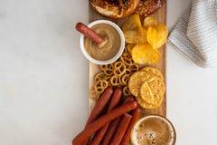 Πρόχειρο φαγητό στην μπύρα, τα βαυαρικά λουκάνικα, τα τσιπ, brezels, τις κροτίδες και τη μουστάρδα τρόφιμα τα πιό oktoberfesτα Στοκ φωτογραφία με δικαίωμα ελεύθερης χρήσης