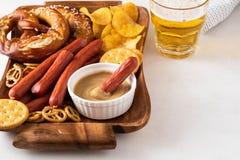 Πρόχειρο φαγητό στην μπύρα, τα βαυαρικά λουκάνικα, τα τσιπ, brezels, τις κροτίδες και τη μουστάρδα τρόφιμα τα πιό oktoberfesτα Στοκ φωτογραφίες με δικαίωμα ελεύθερης χρήσης