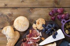 Πρόχειρο φαγητό στο κρασί Φρέσκο ψημένο ψωμί Διαφορετικό πρόχειρο φαγητό για το κρασί Τυρί, ελιές, διάστημα αντιγράφων σταφυλιών  Στοκ εικόνες με δικαίωμα ελεύθερης χρήσης
