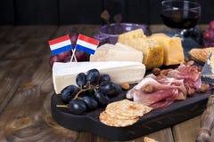 Πρόχειρο φαγητό στο κρασί Φρέσκο ψημένο ψωμί Διαφορετικό πρόχειρο φαγητό για το κρασί Τυρί, ελιές, διάστημα αντιγράφων σταφυλιών Στοκ εικόνα με δικαίωμα ελεύθερης χρήσης