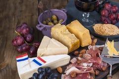 Πρόχειρο φαγητό στο κρασί Φρέσκο ψημένο ψωμί Διαφορετικό πρόχειρο φαγητό για το κρασί Τυρί, ελιές, διάστημα αντιγράφων σταφυλιών Στοκ φωτογραφία με δικαίωμα ελεύθερης χρήσης