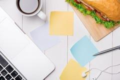 Πρόχειρο φαγητό στο χρόνο σπασιμάτων Υγιές επιχειρησιακό μεσημεριανό γεύμα στην αρχή, τοπ άποψη Στοκ εικόνα με δικαίωμα ελεύθερης χρήσης
